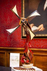Oeuvre en chocolat représentant un moulin à vent.